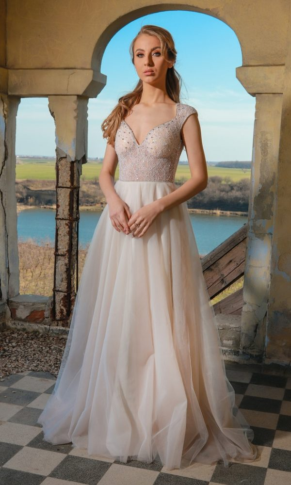 Adelyn rochie de mireasa este realizata din dantela chantilly cu margele si pietre Swarovski aplicate pe linia decolteului
