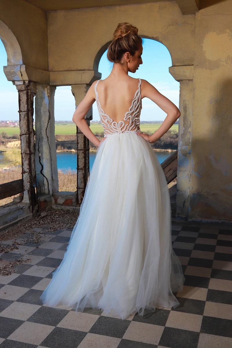 Dia rochie de mireasa este un model realizat sa inspire seductie. Decolteul adanc in forma de V pune bustul in centrul atentiei