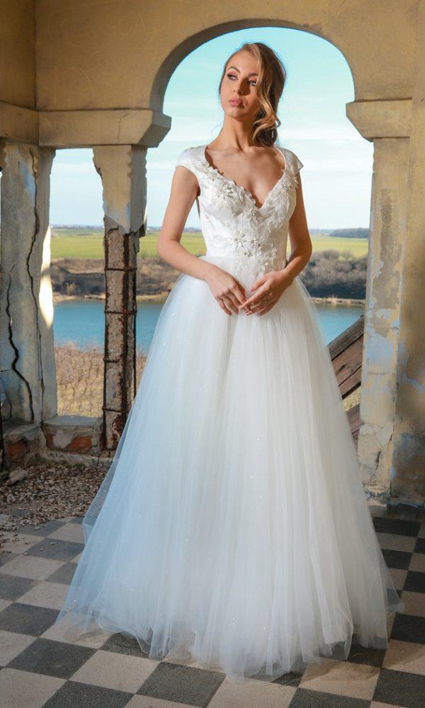 Lucy rochie de mireasa, combinatia perfecta intre modern si clasic. Bustul rochiei este acoperit cu o usoara pelicula de sclipici