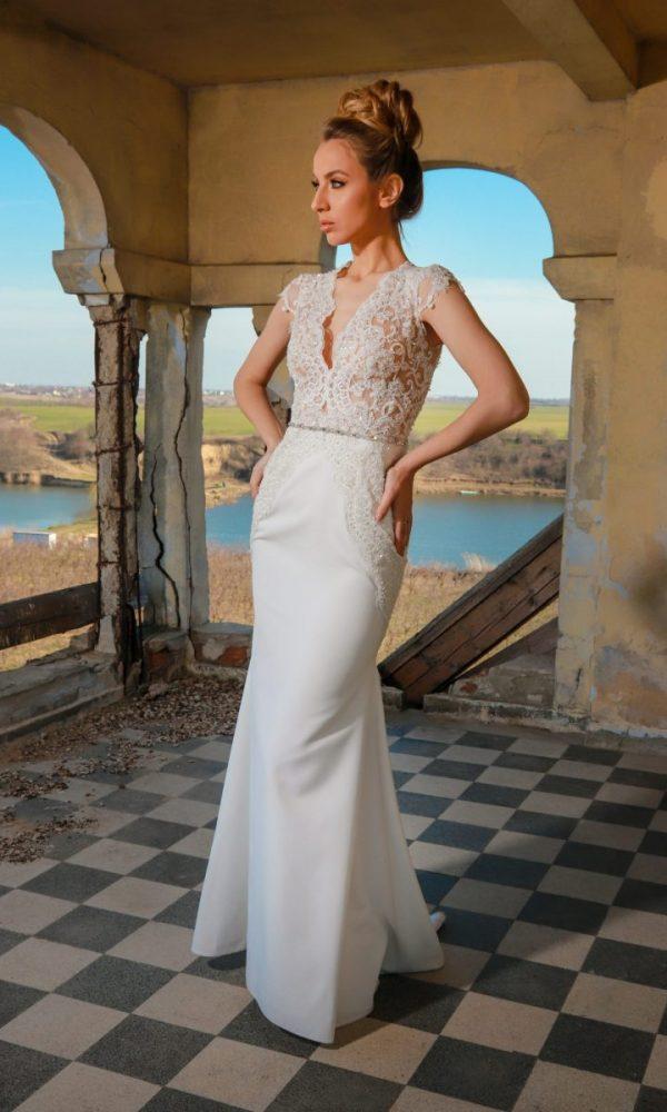 Tiffany rochie de mireasa | Un top elegant din dantela cu pietre si perle cu un decolteu usor in V armonizat cu o fusta tip sirena din crep