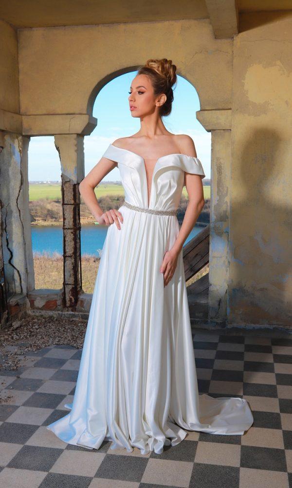 Valentina rochie de mireasa este o rochie tip printesa, realizata dintr-o tafta usor lucioasa cu un croi deosebit al bustului